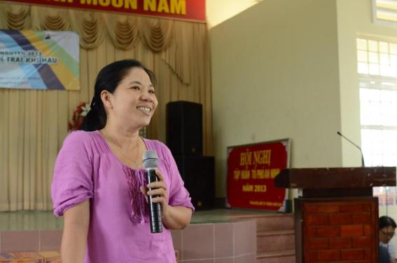Ms. Tran Thi Ngoc Anh - Vice Chairman of the Council of People of Tan An Hoi Commune, Cu Chi District - is giving a speech.