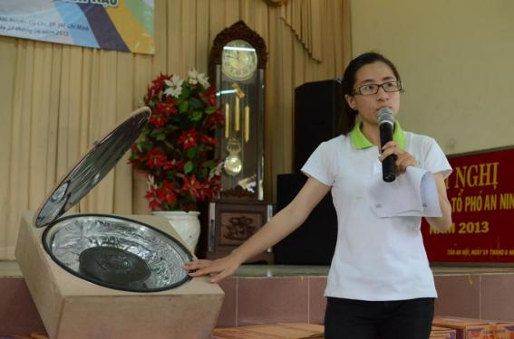 Ms. Le Tran Khanh Vy is giving a brief introduction of the solar stove.